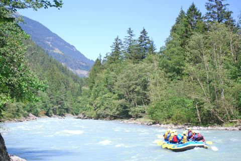 Raftingboot im wilden Fluss in Tirol
