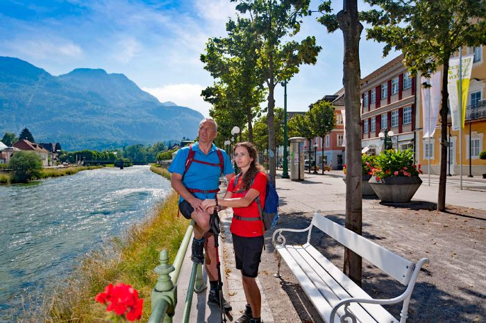 Wanderer an der Promenade in Bad Ischl